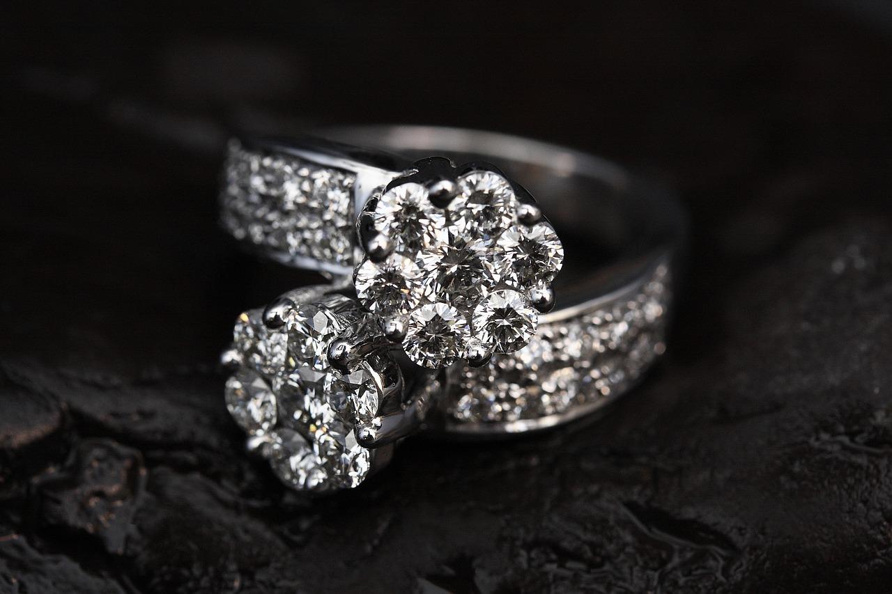 Het adres voor zilveren, gouden en titanium sieraden