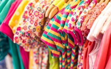 De beste kleren uitzoek voor de kinderen